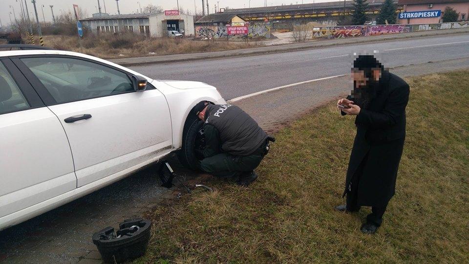 Defektes kereket cseréltek a rendőrök – FOTÓK