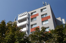 SZÖRNYŰ: Lelőtte magát egy férfi a lakóház erkélyén