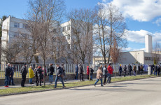 Zajlik az oltás Dunaszerdahelyen, kisebb tömeg alakult ki az épület előtt a reggeli órákban
