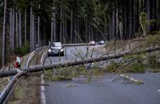 Halálos áldozatokat követelt az óriási vihar a szomszédban, százezernél több háztartás maradt áram nélkül