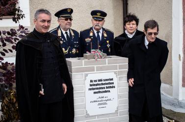 Horthy híveinek szobor helyett csak egy talapzat jutott - A hodosiak szakadó esőben tüntettek az exportált gyűlölet ellen