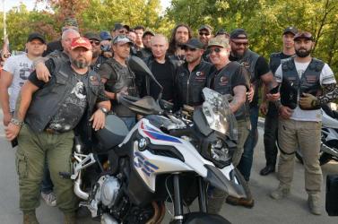 Putyin az Éjszakai Farkasokkal motorozott a Krímben