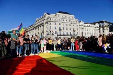 18 pluszos lesz a Barátok közt vagy a Szomszédok? A magyar parlament elfogadta a homofóbbá alakított pedofilellenes törvényt