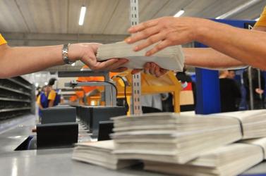 Az alkalmazott kezében robbant fel egy küldemény a postán!