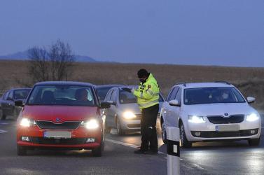 Életbe lépett az emberek szabad mozgását korlátozó rendelet, a rendőrök ügyelnek az intézkedések betartására