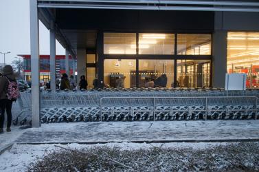 Mától a legnagyobb szupermarketek is csak este nyolcig lesznek nyitva!