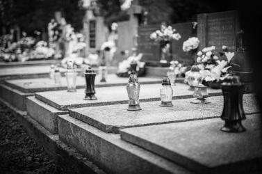 Horogkeresztekkel firkáltak össze több tucat sírt egy franciaországi temetőben