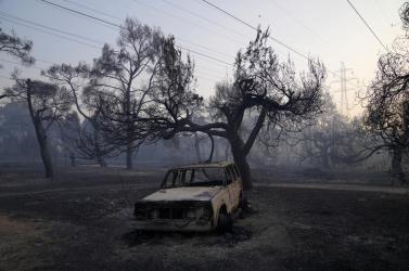 Athén mellett a tűzoltók még mindig küzdenek a lángokkal