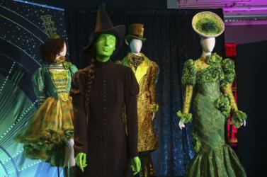 Broadway-darabok és hollywoodi produkciók jelmezeiből nyílik kiállítás