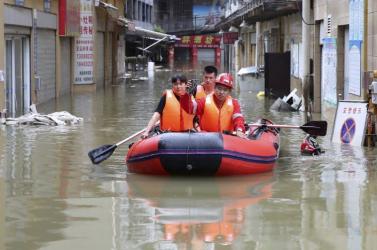 Súlyos esőzések miatt tízezreket evakuáltak Délnyugat-Kínában