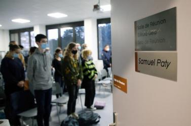 Minden francia iskolában megemlékeztek az egy évvel ezelőtt, a nyílt utcán lefejezett történelemtanárról