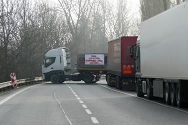 Több határátkelőn blokkolhatják a teherforgalmat a fuvarozók, köztük Medvén, Komáromban és Rajkán is