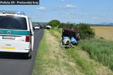BALESET: Menet közben betonkeverőstül elhagyta az utánfutóját a részeg autós