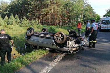 BALESET: Halom roncs maradt az Opelből, szolgálaton kívüli rendőr igyekezett a fiatal sofőr segítségére (FOTÓK)