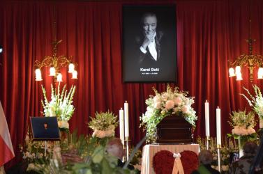 FOTÓK: Több százezren búcsúznak Karel Gottól