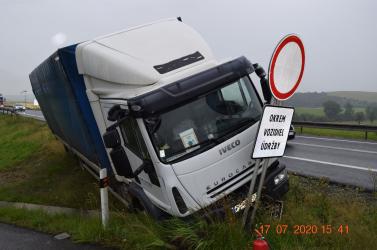 Vezetés közben szívrohamot kapott a kamionsofőr, rendőrök mentették meg az életét