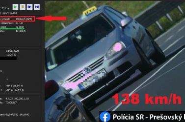 Annyira sietett a taxis az utasért, hogy a sebességmérő alulról karcolta a 140-et