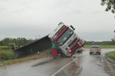 BALESET: Kamion hajtott az árokba Kulcsodnál