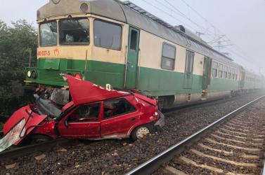 BALESET: Majdnem fél kilométeren át tolta maga előtt a vonat a síneken rekedt idős nő kocsiját