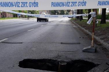 Beszakadt az út Győrben