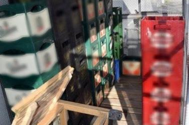 315 sörösüveget loptak el egy üzletből – nagyot nézhettek a tolvajok, amikor bevedelték volna a zsákmányt