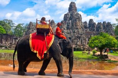 Betiltják az elefánton való túrázást az ismert kambodzsai romvárosban