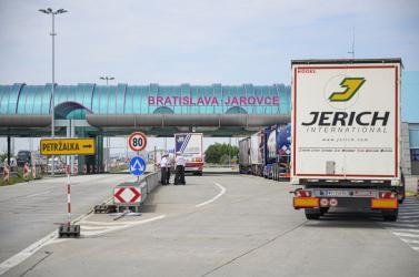 A rendőrség figyelmeztet, hosszú sorok vannak a jarovcei határátkelőn, érdemes a bergit választani