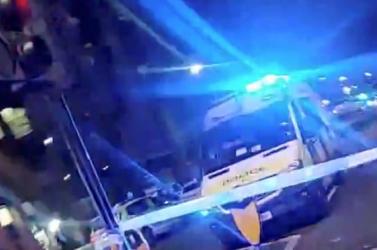 Gépkocsi hajtott egy londoni rendőrőrs bejáratának (videó)