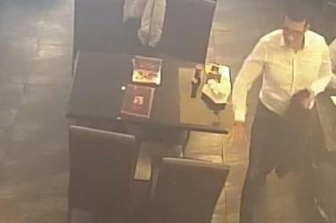 Székre akasztott kabátból loptak el pénzt – videón a bűncselekmény pillanata