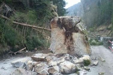 Ez a gigantikus szikla akár egy autóra is zuhanhatott volna