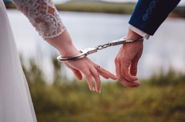 Rendőresküvő: a szerelmesek még a nagy napon sem tudtak elszakadni hivatásuktól