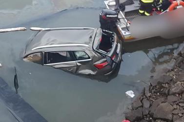 A víztározóba zuhant egy autó a hídról, a sofőr életét vesztette (FOTÓK)