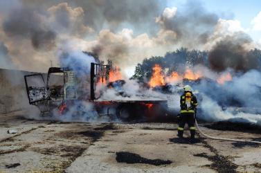 Teljesen kiégett a teherautó és a szalma is lángra kapott, a kár tetemes! (FOTÓK)