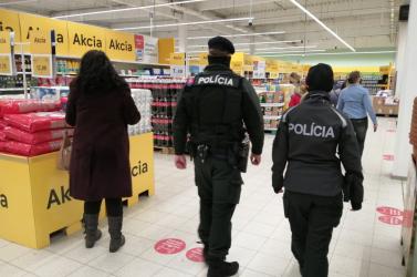 Rendőrök cirkáltak a Tescóban (FOTÓK)