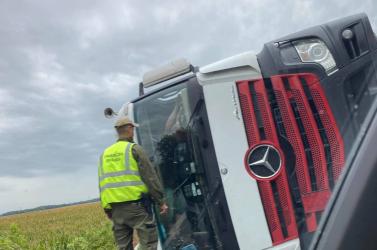 BALESET: Oldalára borult egy kamion Nyárasdnál