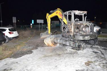 Valaki szándékosan felgyújtott két munkagépet – a kár tetemes