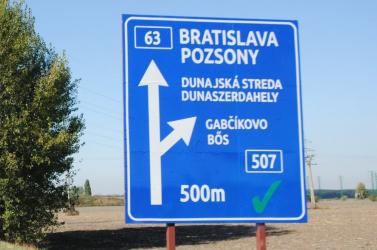 Kitört a kétnyelvűsítési forradalom: jönnek a magyarul is tudó KRESZ táblák