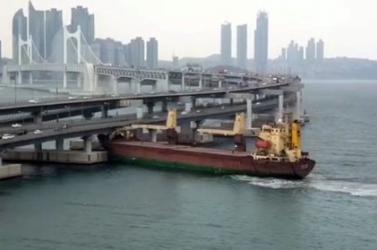 Teherhajó hajtott egy kikötő hídjába, a kapitány ittas volt