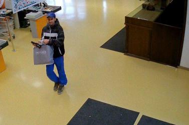 Ezt a férfit keresi a rendőrség – jogtalanul fizetett bankkártyával (FOTÓK)