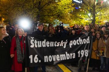 Ezrek gyűltek össze Pozsony utcáin és terein a bársonyos forradalom 30. évfordulóján