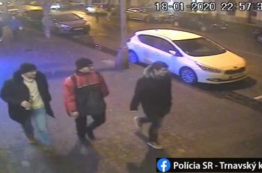 Megtámadtak egy férfit a belvárosban – a rendőrség ezeket a személyeket keresi (FOTÓK)