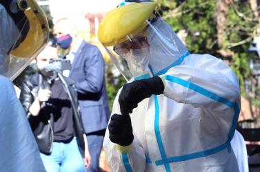 KORONAVÍRUS: Bulizó fiatal fertőzött meg több tucat embert, elhalasztják az iskolák újranyitását