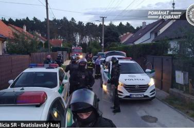 Száz ember verekedett össze, égett egy ház, a rendőrök a levegőbe lőttek