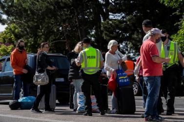 A külföldről hazatérők a bergi határátkelőnél gyülekeznek és várják, hogy elinduljon az intelligens karanténhoz szükséges alkalmazás (FOTÓK)