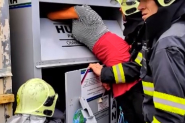 Ruhagyűjtőből mentettek ki a tűzoltók egy beszorult nőt