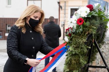 Čaputová lerótta tiszteletét a holokauszt áldozatainak emléke előtt