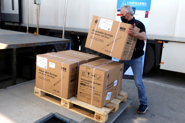 Megérkezett a 15 ezer adag AstraZeneca vakcina, amit Franciaország ajándékozott Szlovákiának