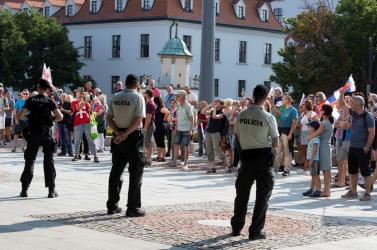 Mentőt kellett hívni a tüntetésen megsérült rendőrnőhöz