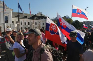 Elindult a tüntető tömeg a Hodža térről, összeomlott a közlekedés Pozsony belvárosában