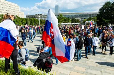 Többen is megsérültek a pozsonyi tüntetésen, 12 személyt vettek őrizetbe a rendőrök